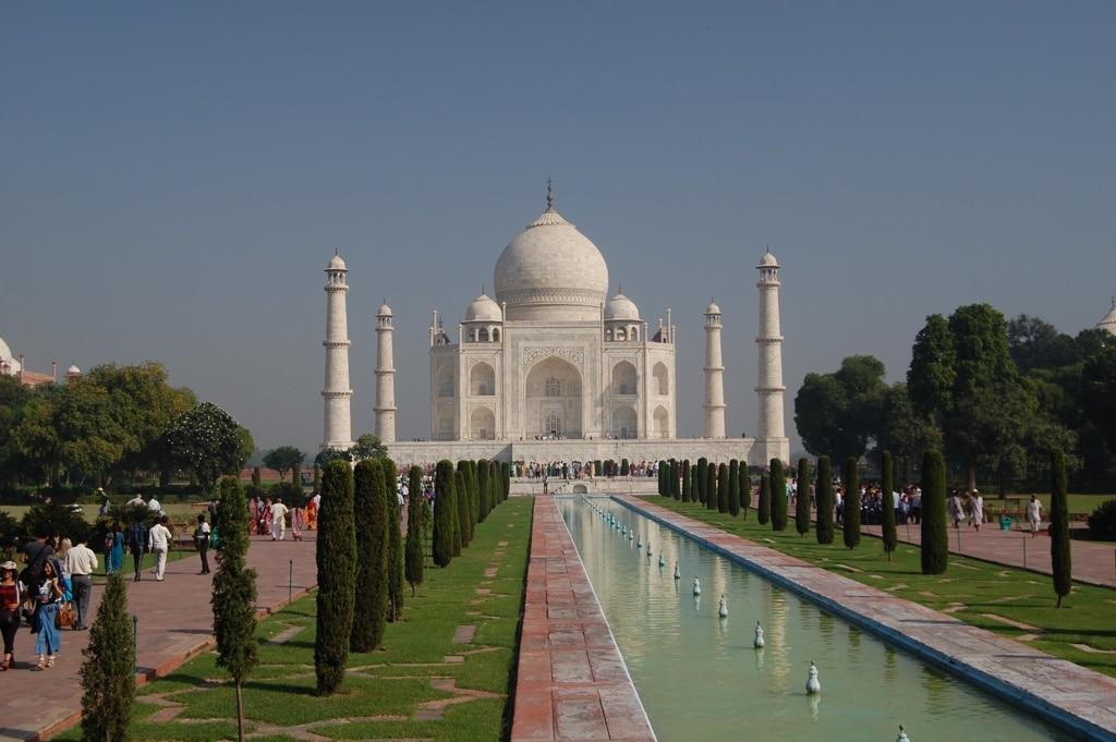 Taj Mahal en Agra con jardín.
